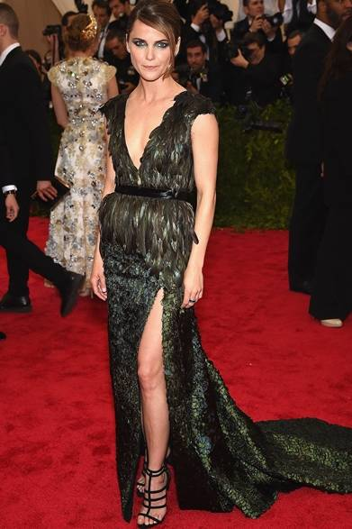 ドレス:アルトゥザラ<br /> イヤリング:Ana Khouri <br /> サンダル:ジュゼッペ・ザノッティ・デザイン