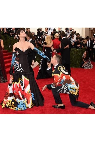 On Katy Perry<br /> ドレス&クラッチ:モスキーノ