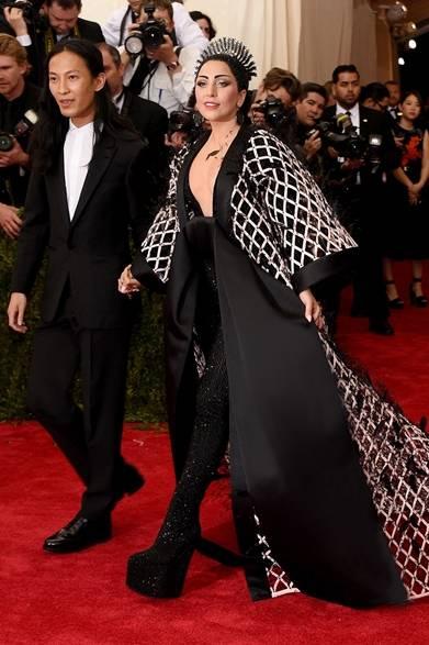 ドレス:バレンシアガ<br /> ジュエリー:フレッド レイトン