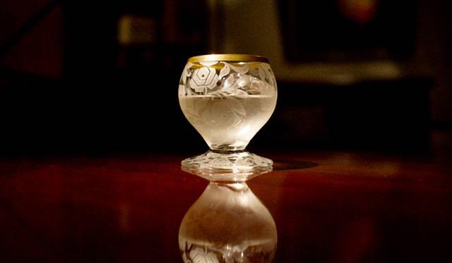 バカラのアール・デコ期を代表するデザイナー、ジョルジュ・シュヴァリエの幾何学的なバラがデザインされたリキュールグラス。ここに氷をひとつだけ入れると、朝露に濡れたバラのイメージがふくらみます。