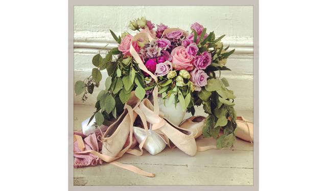 たくさんの薔薇とトゥシューズ<br />courtesy of Mary Helen Bowers, Founder of Ballet Beautiful