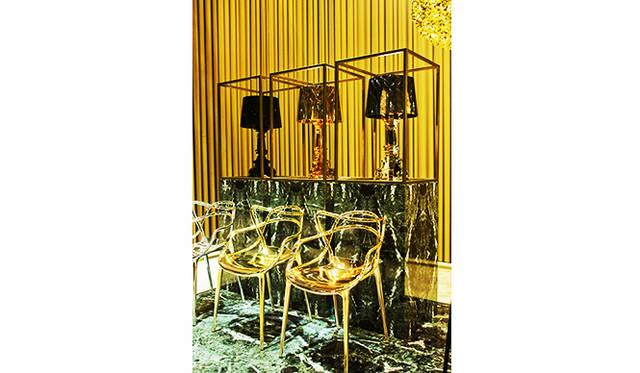 チェア「MASTERS」by Philippe Starck with Eugeni Quitllet、ランプ「BOURGIE」by Ferruccio Laviani