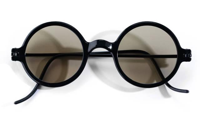 <strong>1900's Vintage|ヴィンテージ</strong><br/> 真円のレンズをはめた丸眼鏡のことを、俗に「ロイド眼鏡」という。その由来は、1920年代にアメリカで登場し、一世を風靡した喜劇役者のハロルド・ロイドだ。こちらは、レンズに色は入っているが、1900年代に制作された本人が着用したモデルと同型の眼鏡。それまでスチール、14Kゴールドやシルバーもしくは金張りなど、メタルのフレームしかなかった時代に、革新的な新素材、新技術によって登場した最初期のプラスチックフレームでもある。価格は問合せ(ソラックザーデ Tel. 03-3478-3345)