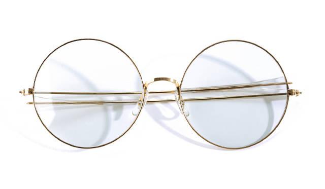 <strong>1960's Bausche & Lomb|ボシュロム</strong><br/> 「ボシュロム」は、「American Optical(アメリカン・オプティカル)」「SHURON(シュロン)」と並ぶ、米国の老舗眼鏡メーカーのひとつ。のちに「Ray-Ban(レイバン)」を創立したメーカーとしても知られる。こちらのモデルは、ヒッピーカルチャーが隆盛を見せていた1960年代当時に発売されたモデル。デザインとして取り入れられた巨大なレンズが特徴となる。価格は問合せ(ソラックザーデ Tel. 03-3478-3345)