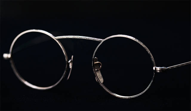 <strong>1920's Art Craft Optical Co</strong><br/> 「ArtCraft Optical Co(アートクラフト・オプティカル)」社は、1918年にニューヨークのダウンタウン、Rochesterで設立された眼鏡メーカー。手作りで生まれるメガネフレームは当時の他者製品と比較しても高級品の部類とみなされていた。ヴィンテージ・アイウェアのコレクターのあいだでも人気の高いブランドで、クオリティのみならず、そのデザイン性も特筆すべき逸品。「1920's Art Craft Optical Co(USA)」価格は以下問合せ(ソラックザーデ Tel. 03-3478-3345)