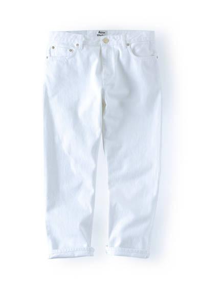 <strong>Acne Studios| アクネ ストゥディオズ</strong><br><br> アクネ ストゥディオズのホワイトクロップドジーンズを紹介。ゆとりのあるストレートシルエットにゴールドのリベットを飾り、カジュアルになりすぎずスマートに仕上げている。ギンガムチェックのシャツで春らしく、無地のTシャツに合わせてストリート風に着こなすのもいい。2万7432円 アクネ ストゥディオズ アオヤマ Tel.03-6418-9923