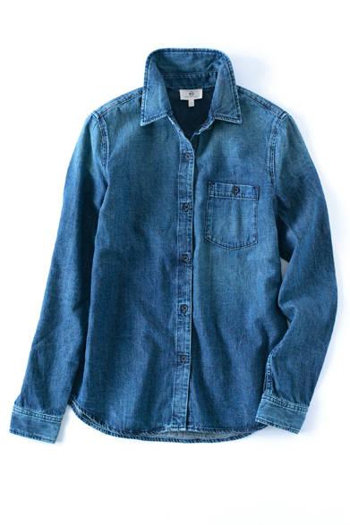 <strong>AG Jeans|エージー ジーンズ</strong><br><br>AGからすっきりとした細身のデニムシャツが登場。カジュアルなデニム素材ときれい目なデザインが絶妙なバランスに。抑えめのウォッシュ加工はさまざまなコーディネイトに合わせやすく、春夏シーズンに大活躍してくれそうな1枚。2万1600円エージー ジャパン Tel. 03-3479-5260