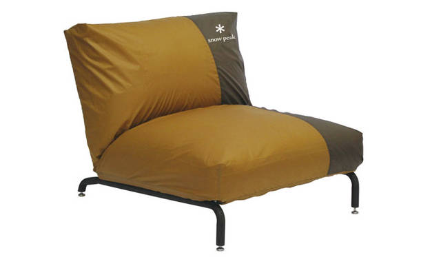 <strong>journal standard Furniture|ジャーナル スタンダード ファニチャー</strong><br />snow peak × journal standard Furniture<br/>「RODEZ CHAIR COVER TENT」2万7000円、「RODEZ CHAIR NUDE(本体)」4万1040円(7月中旬よりデリバリー開始)