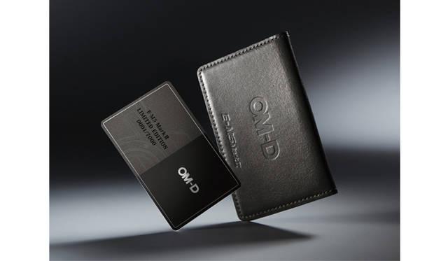 限定キットだけに付属する本革プレミアムカードケースとオーナーズカード