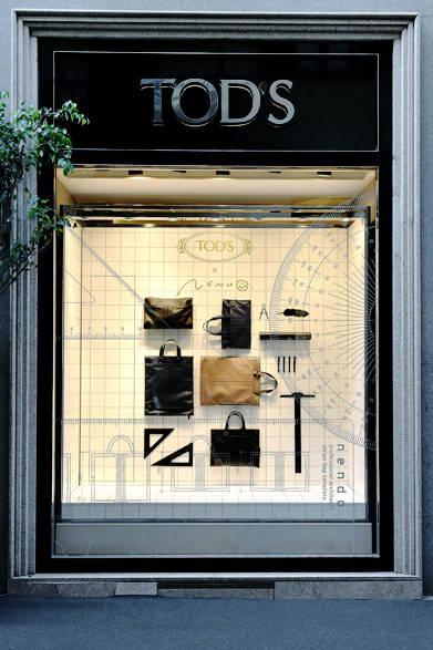 """<a href=""""/brand/tods""""><strong>TOD'S トッズ</strong></a><br />「トッズ」のミラノの旗艦店では、ウィンドウが「トッズ アーキテクト バッグ」で飾られた。"""