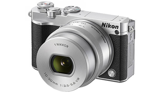 <strong>「Nikon 1 J5 ダブルレンズキット」</strong><br> ダブルレンズキットには、「1 NIKKOR VR 10-30mm f/3.5-5.6 PD-ZOOM」「1 NIKKOR 18.5mm f/1.8」が付属。写真は「1 NIKKOR VR 10-30mm f/3.5-5.6 PD-ZOOM」。ブラック、シルバーのボディカラーとおなじカラーのレンズが付属する<br><br> <strong>ニコンカスタマーサポートセンター ナビダイヤル</strong><br> Tel. 0570-02-8000<br /> http://www.nikon.co.jp/<br />