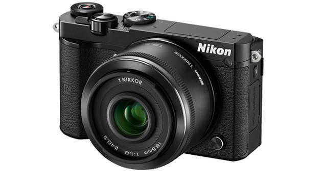 <strong>「Nikon 1 J5 ダブルズームレンズキット」</strong><br> ダブルレンズキットには、「1 NIKKOR VR 10-30mm f/3.5-5.6 PD-ZOOM」「1 NIKKOR 18.5mm f/1.8」が付属。写真は「1 NIKKOR 18.5mm f/1.8」。ブラック、シルバーのボディカラーとおなじカラーのレンズが付属する<br><br> <strong>ニコンカスタマーサポートセンター ナビダイヤル</strong><br> Tel. 0570-02-8000<br /> http://www.nikon.co.jp/<br />