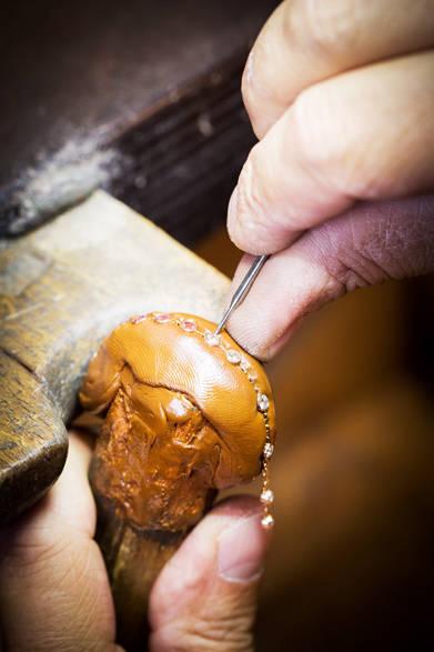 クローズドセッティングでチェーンにダイヤモンドをセットしている<br /><br />©Van Cleef & Arpels