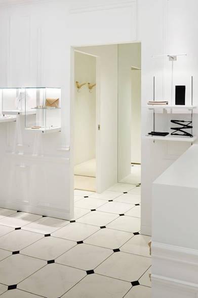 "<a href=""/brand/maison-martin-margiela""><strong>Maison Margiela|メゾン マルジェラ</strong></a><br />大理石模様の床がフィッティングルームにも続く。"