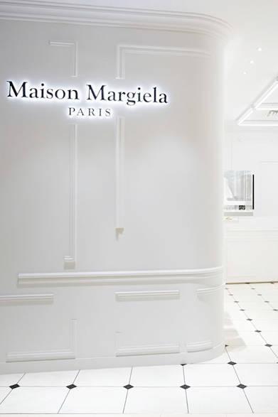 "<a href=""/brand/maison-martin-margiela""><strong>Maison Margiela|メゾン マルジェラ</strong></a><br />壁に施された、未完成風のモールディングの装飾が印象的。"