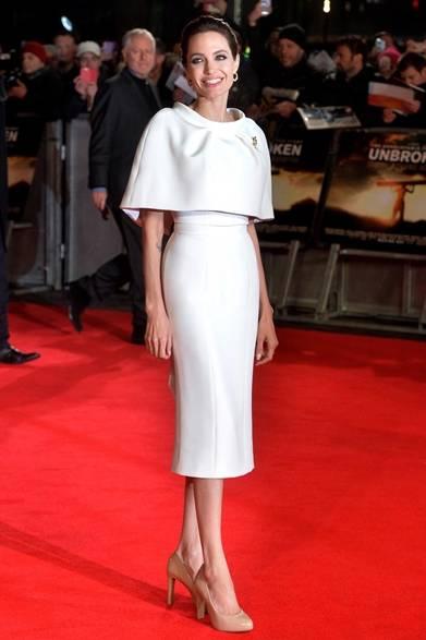 <strong>Angelina Jolie|アンジェリーナ・ジョリー</strong><br /><br />  ロンドンで開催した映画『Unbroken』のプレミアに、女優のアンジェリーナ・ジョリーはクチュリエ「RALPH & RUSSO」が彼女のためにカスタムメイドしたピースで登場した。ケープとペンシルスカートのセットアップは、上質な素材感で作り上げたシルエットがうつくしい。足元はあえてヌードカラーのパンプスをチョイスし、洗練されたエレガントをプラス。