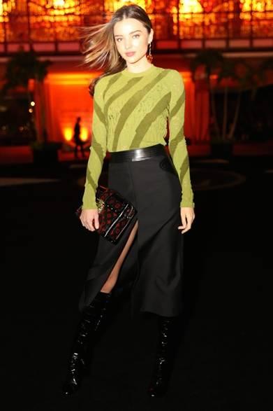 <strong>Miranda Kerr|ミランダ・カー</strong><br /><br />  記念ディナーにモデルのミランダ・カーも全身ルイ・ヴィトンのアイテムをまとって登場。ライトグリーンのゼブラ柄のトップスに、大胆なスリットのブラックスカートとロングブーツを合わせて、セクシーで辛口なドレスアップスタイルを演出した。