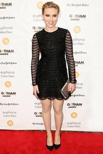 <strong>Scarlett Johansson|スカーレット・ヨハンソン</strong><br /><br />  ニューヨークで開催されたゴッサム・インデペンデント映画賞の授賞式で女優のスカーレット・ヨハンソンをキャッチ。ブラックレースを使用したサンローランのミニドレスに、シンプルなパンプスを合わせたセンシュアルなドレスアップスタイルを披露。シルバークラッチバッグでメタリックなアクセントを取り入れた。<br /><br />   Courtesy of SAINT LAURENT