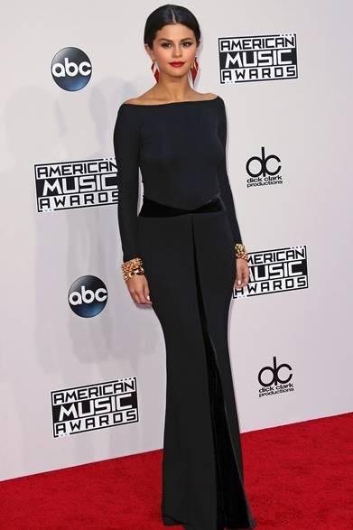 <strong>Selena Gomez|セレーナ・ゴメス </strong><br /><br />  11月24日、ロサンゼルスでおこなわれたアメリカの四大音楽祭のひとつである、「アメリカン・ミュージック・アワード」に歌手のセレーナ・ゴメスが登場した。授賞式のレッドカーペットでは、アルマーニ プリヴェのシルクのブラックガウンをチョイスした。フロントにスリットが入り、背中が大胆にあいたセクシーなドレスが彼女の魅力を存分に引き出した。 <br /><br />  Photo Credit:David Livingston
