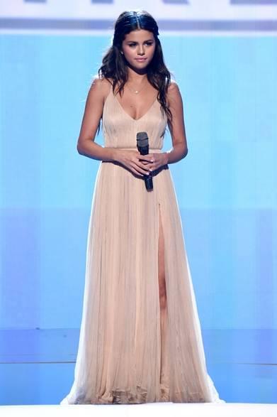 <strong>Selena Gomez|セレーナ・ゴメス  </strong><br /><br />  同アワードショーのパフォーマンスに、セレーナ・ゴメスはジョルジオ アルマーニの淡いピンク色のカスタムドレスを着用した。ソフトチュールが幾層にも重なったデリケートなギリシャ調のドレスが彼女の可憐なイメージにマッチ。ジャスティン・ビーバーとの関係を内容にした新曲『The Heart Wants What It Wants』を披露し、涙を浮べていた感傷的なパフォーマンスが話題となった。<br /><br />  Photo Credit:Kevin
