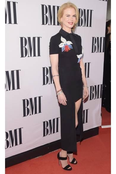 <strong>Nicole Kidman|ニコール・キッドマン</strong><br /><br />  ニコール・キッドマンは、米・テネシーにて開催された「第62回BMIカントリーアワード」に登場。彼女がチョイスしたのは、フェンディのあたらしいコードである「オーキッド(胡蝶蘭の花)」を大きくあしらった黒いドレス。足を囲むようなミニ丈がコントラストを成しており、シャープなラインを強調したうつくしいアシンメトリーなデザインが特徴的。