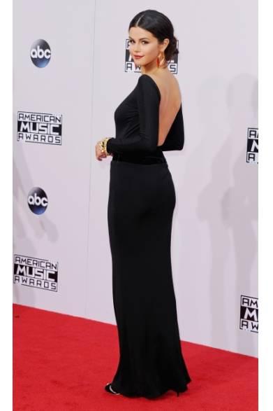 <strong>Selena Gomez|セレーナ・ゴメス </strong><br /><br />  11月24日、ロサンゼルスでおこなわれたアメリカの四大音楽祭のひとつである、「アメリカン・ミュージック・アワード」に歌手のセレーナ・ゴメスが登場した。授賞式のレッドカーペットでは、アルマーニ プリヴェのシルクのブラックガウンをチョイスした。フロントにスリットが入り、背中が大胆にあいたセクシーなドレスが彼女の魅力を存分に引き出した。 <br /><br />  Photo Credit:Jon Kopaloff