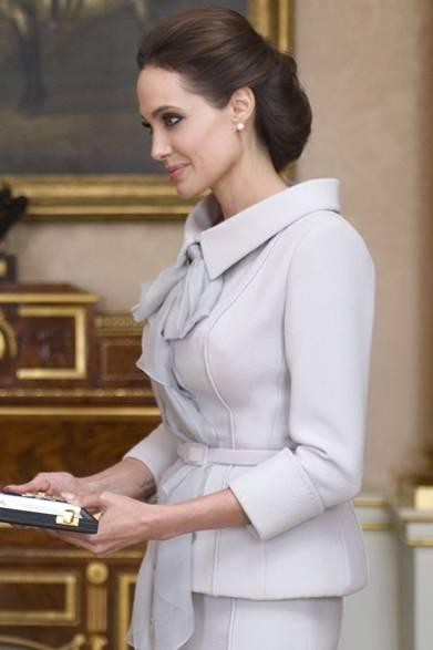 <strong>Angelina Jolie|アンジェリーナ・ジョリー</strong><br /><br />  10月10日(金)、女優のアンジェリーナ・ジョリーは、イギリスのバッキンンガム宮殿でエリザベス女王と面会。紛争地域における性的暴力を撲滅する活動を積極的に推進したことが評価され、「聖マイケル・聖ジョージ勲章・名誉大英勲章第一位(DCMG)」を授与された。受章式ではイギリスのクチュリエ「RALPH & RUSSO」が手がけた、グレイッシュ パープルのスカートスーツをエレガントに着こなした。