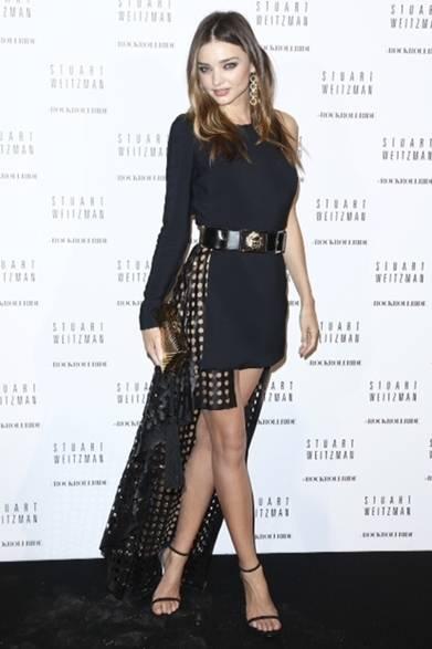 <strong>Miranda Kerr|ミランダ・カー</strong><br /><br />  パリでおこなわれたスチュアート ワイツマンのカクテルパーティに、ミランダ・カーはヴェルサス ヴェルサーチのドレスを着用して登場。ミニ丈のフロントがセクシーさを演出し、エッジィがきいたヘムラインのデザインをコーディネイトにイン。
