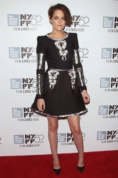 <strong>Kristen Stewart|クリステン スチュワート</strong><br /><br />  女優のクリステン・スチュワートが、出演映画『Clouds of Sils Maria』のプレミアに出席。シャネルの顔でもある彼女は、メゾンのオートクチュールから、ネオプレン地にシルバーレザーとアルミニウム素材の刺繍がほどこされたドレスをチョイスした。メタリックな装飾がフューチャリスティックな雰囲気に仕上げ、クールな顔だちの彼女にぴったり。 <br /><br />  © CHANEL