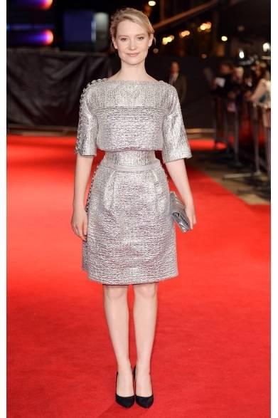 <strong>Mia Wasikowska|ミア ワシコウスカ</strong><br /><br />  映画『ボヴァリー夫人』のプレミアに、シャネルを全身にまとった主演女優のミア・ワシコウスカが登場。コットンツイードのコルセットドレスに、シルバーのクラッチバッグと黒いパンプスをコーディネイトした。ノーアクセの着こなしがドレスのきれいなフォルムを際立たせている。<br /><br />  © CHANEL