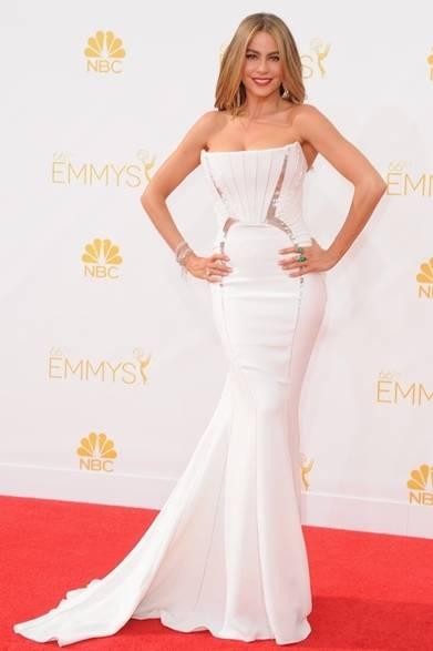 <strong>Sofia Vergara|ソフィア・ベルガラ</strong><br /><br />  ロサンゼルスで開催された第66回エミー賞にて、女優のソフィア・ベルガラがロベルト カヴァリのクチュールドレスで登場。ボディラインを強調する純白のマーメイドドレスに、銀糸で刺繍されたグラフィカルなラインがさらにシルエットを際立たせ、人びとの視線を集める。