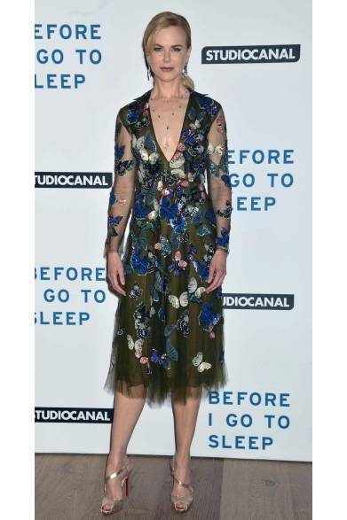 <strong>Nicole Kidman|ニコール・キッドマン</strong><br /><br />  ロンドンでおこなわれた映画『Before I Go To Sleep』のプレミア上映にて、ニコール・キッドマンがヴァレンティノのドレスで登場。バタフライが飛び交うパターンがグリーンのシフォンドレスに刺繍され、カラフルでありながら蝶の生命感に満ちたスタイルが素敵。さらに、ゴールドのヒールが足元のアクセントに。
