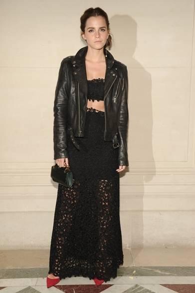 <strong>Emma Watson|エマ・ワトソン</strong><br /><br />  パリで開催されたヴァレンティノ 2014年秋冬オートクチュールのショーに出席した女優のエマ・ワトソン。花柄のカットワークレースで仕上げたセットアップにレザージャケットを羽織り、ロックテイストとほどよいセクシーさが絶妙に調和した。エメラルドグリーンのハンドバッグと真っ赤なパンプス、発色の良い小物を取り入れ、オールブラックのコーディネイトに目を引くポイントを作りだした。