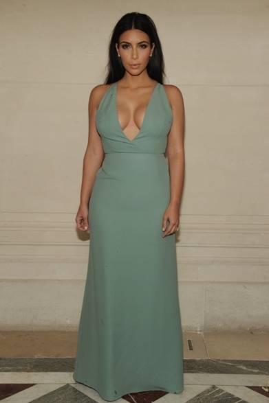<strong>Kim Kardashian|キム・カーダシアン </strong><br /><br />  カニエ・ウェストの妻である、セレブのキム・カーダシアンもヴァレンティノのショー会場に登場した。ミントグリーンのドレスをシンプルに着こなし、余計な飾りを一切せず首元を大胆に見せるスタイリングがキムのシグネチャールックともいえる。