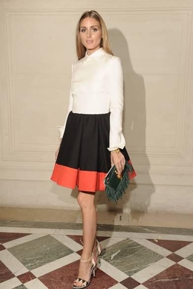 <strong>Olivia Palermo|オリヴィア・パレルモ</strong><br /><br />  ファッショニスタのオリヴィア・パレルモは、ヴァレンティノのフォールピースでクチュールのショーに現れた。純潔なホワイトのシャツスタイルのトップに繋ぐ黒のインバーテッド・プリーツ スカート、裾に鮮やかなオレンジで春らしいムードに。足元に柄物のサンダルとフリンジ付きのクラッチが、ガーリーなスタイリングにスパイシーなツイストをくわえた。