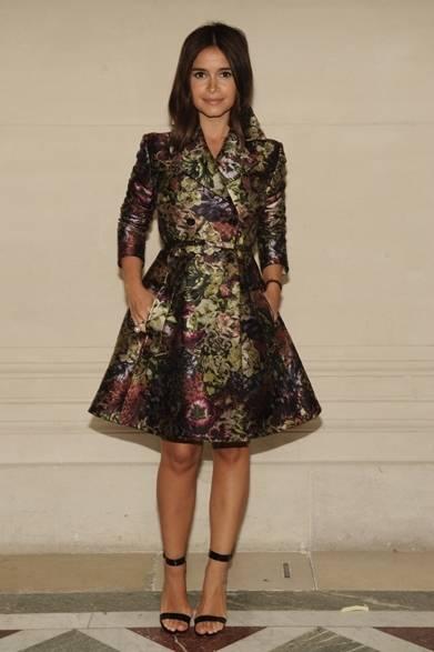 <strong>Miroslava Duma|ミロスラヴァ・デュマ </strong><br /><br />  ファッションブロガーのミロスラヴァ・デュマもクチュールのショーに出席した。光沢感のある素材を使用したトレンチ風のドレスコートをシンプルにコーディネイトし、暗調のフラワープリントで神秘的な雰囲気を漂わせている。