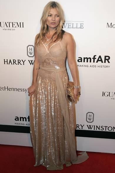 ブラジル・サンバウロで開催した「amfARインスピレーション・ガラ」にジバンシィ オートクチュール バイ リカルド ティッシで登場したケイト・モス。誘惑的なシースルーレースとスパンコールをほどこした大胆な一着をチョイスし、ダイアモンドを贅沢に飾ったネックレスとブレスレットで、華やかな輝きをプラス。