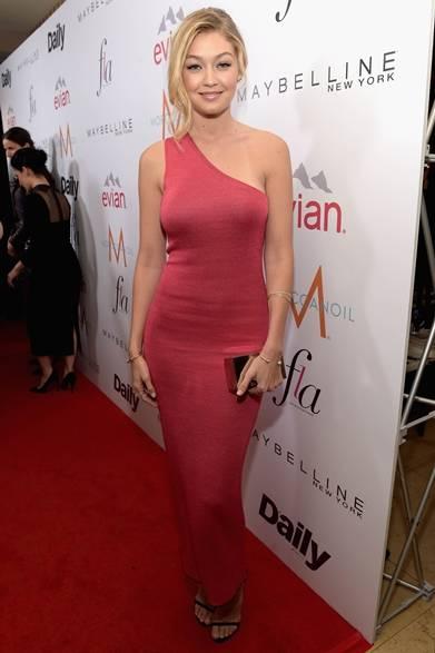 「ファッション ロサンゼルス アワード」に現れたモデルのジジ・ハディッド。体の曲線をセクシーにみせたワンショルダードレスはカルバン・クラインのもの。華奢なバングルやリングを手元に取り入れ、ジジらしい無造作でキュートなスタイルに。