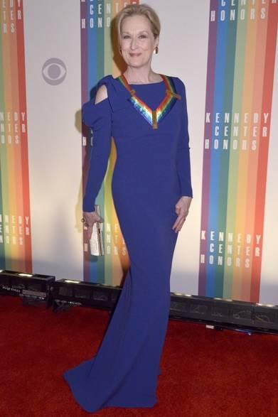 ワシントンで開催したイベントで女優のメリル・ストリープが登場。ポール・カのマーメイドドレスを優雅に着こなし、オフホワイトのクラッチが煌めくアクセントに。首にかけたイベントの虹色モチーフのレイがドレスのパープルと絶妙にマッチ。