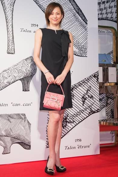 「ロジェ ヴィヴィエ – Icons Connected」のオープニングセレモニーに出席した女優の米倉涼子。シンプルなリトル ブラック ドレスを上品に着こなし、咲き誇る桜をモチーフにしたハンドバッグを手にして、春らしいフェミニンがパーティスタイルが完成。