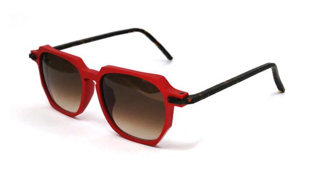 1枚目の写真と同じ型のサングラス。1万5120円