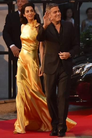 5月25日(月)、東京・六本木でジョージ・クルーニー主演映画『トゥモローランド』のジャパンプレミアが開催された。初来日となる妻のアマル・クルーニーはメゾン マルジェラのドレスをまとって、ジョージと一緒にレッドカーペットを歩いた。バイアスカットをほどこしたゴールドのシルクサテンのドレスは、この日のためにジョン・ガリアーノが特別にデザインしたスペシャルピースという。<br /><br /> Photo credit: Getty Image