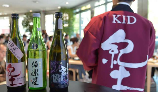 "「SAKEセミナー」には、「SAKENOMY」に参加している6蔵7名の蔵元が参加。日本酒のきき酒方法や、イタリア料理にあう日本酒についてなど、""SAKE""にかんするレクチャーを約2時間ほどおこなった"