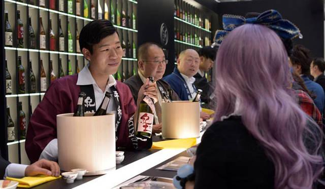 レセプションでは、ミラノで絶⼤な人気を誇る日本食レストラン「Finger's」により、この日のお酒に合わせた料理が振る舞われた