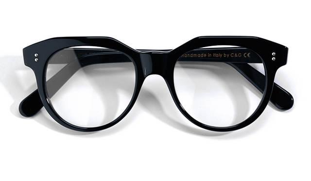 <strong>08 Cutler And Gross|カトラー アンド グロス</strong><br/> 1969年に誕生したイギリスの老舗「カトラー アンド グロス」。ブランド名は、創設者の二人の名前からつけられた。太めのブリッジが目を引くモデル「1130」は、ドロップするようなレンズのフォルムが特徴。ボストンタイプの眼鏡なかでも特に、目元を個性的に演出してくれる。イタリア製。4万1040円(グローブスペックス ストア Tel. 03-5459-8377)