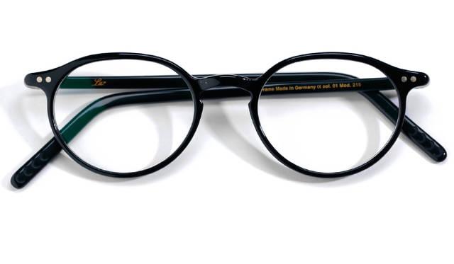 <strong>03 Lunor|ルノア</strong><br/> 「ルノア」の「A5」と呼ばれるこのタイプは、フレームとテンプルの接合部分を拡がりにくくしているため、一見、華奢なフレームなのに堅牢性を保っている。メタルがアクセントとなり、眼鏡をかけた横顔の姿に知的な印象を与える。取り入れやすく、女性にもおすすめしたい一本。ドイツ製。3万9960円(グローブスペックス エージェント Tel. 03-5459-8326)