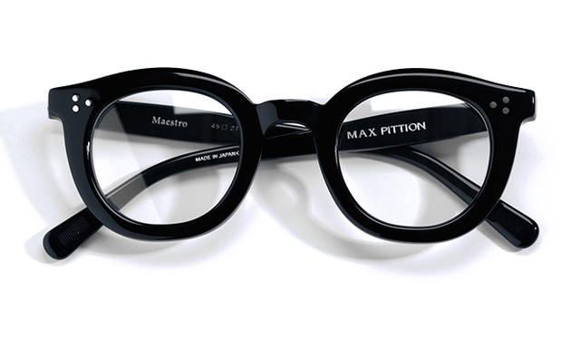 <strong>04 Max Pittion|マックス ピティオン</strong><br/> フランスは南ジュラにある小さな町、オヨナで1940年代にセルロイド眼鏡の製造をスタートした「マックス・ピティオン」。ブランドは70年代後半に停止していたが、2013年に、ギタリストのジョン・メイヤーがデザイナーのタミー・オガラとタッグを組み復活させたことで、話題を呼んだ。本モデル「マエストロ」は、再始動後、あらたに企画されたもの。大ぶりのフレームとなめらかな曲線が特徴だ。日本製。4万2120円(マックス・ピティオンTel. 03-6647-2666)