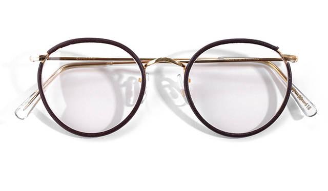 <strong>1970's Algha Works|アルガワークス</strong><br/> 1932年に創業した眼鏡の工房「アルガワークス」は、当時の英国でおこなわれていた国民保険制度による配給眼鏡の製作を一括して請け負っており、庶民にも普及していた。医療用という側面が強いため、現在販売されている市販の眼鏡と比較しても、サイズの種類が豊富だった。イギリス製。価格は問合せ(ソラックザーデ Tel. 03-3478-3345)