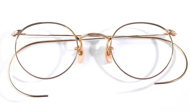 <strong>1930 American Optical|アメリカン オプティカル</strong><br/> 現代まで引き継がれるボストンという眼鏡の定番のデザインは、1930年に「アメリカン オプティカル」が生み出した。それは「FUL-VUE(フルビュー)」というモデルで、ラウンドの眼鏡だと中心に位置していた蝶番が上部に移動することで視野角にも変化をあたえた。これは当時、本格的に普及しはじめていた自動車の運転にも適していたこともあり、爆発的な売れ行きだったという。アメリカ製。価格は問合せ(ソラックザーデ Tel. 03-3478-3345)
