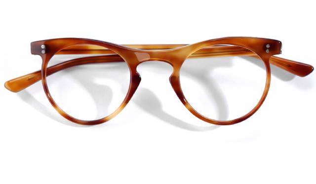 <strong>1940's Vintage(France)</strong><br/> 1940年代、フランスにもボストン型の眼鏡が登場していた。当時はむしろアメリカよりも、ヨーロッパのほうが、ボストン型の眼鏡の生産割合は高かったという。また、フランスでは鼈甲を使用したものが多かった点にも触れておきたい。こちらのモデルはブリッジとフロントのリムがゆるやかに繋がっているデザインが特徴。同時代に、各地でどのような眼鏡が生まれていたのか、調べてみるのもおもしろい。価格は問合せ(ソラックザーデ Tel. 03-3478-3345)